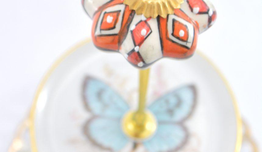 Etagere aus vintage porzellan mit Möbelknopf als Griff