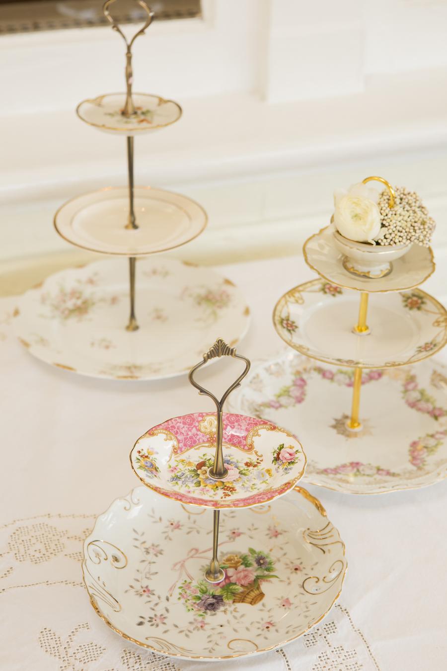 3 Vintage Etageren aus exquisitem Porzellan und Blumen auf einer Tafel. Maggies Etageres