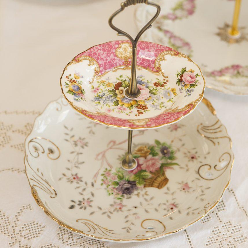 Vintage Etageren aus exquisitem Porzellan auf einer Tafel . Maggie's Etageres