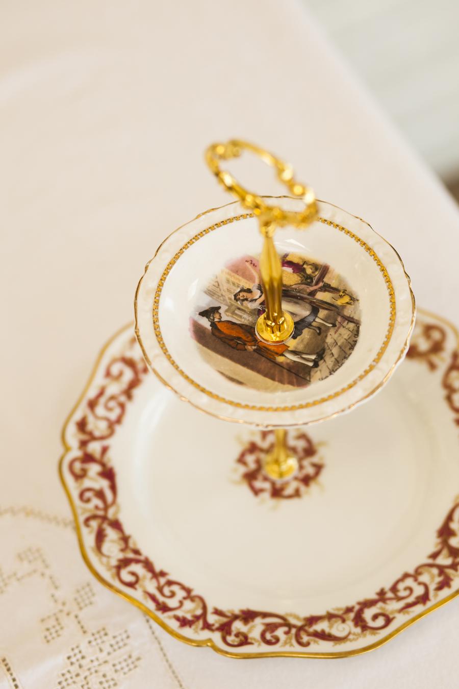Etagere aus Porzellan, rot, gold weiss, Goldumrandung, gold Hardware.
