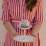 Maggie mit handgefertigter Etagere aus vintage Porzellan und Makronen Schatulle als Krone