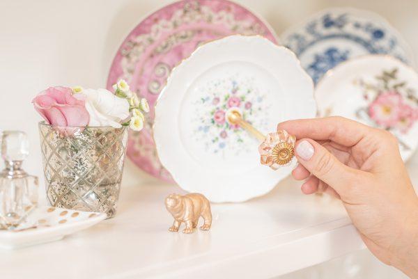 Etagere aus vintage Tellern mit Glas Knauf als Griff Rosa weiss gold