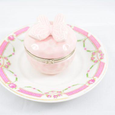 Vintage teller Teller mit hellrosa schmetterlingsschatulle aus Keramik als Schmuckablage