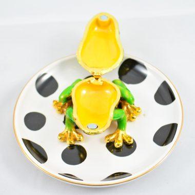 kleiner Schmuckable Teller weiss mit schwarzen Punkten und Froschkönig Schatulle