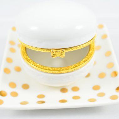 Kleiner gold polkadot Teller mit weisser makronen schatulle aus Keramik als Schmuckablage