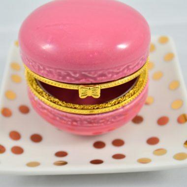 Gold Polkadot Teller als Schmuckablage mit pinker keramik makronen Schatule