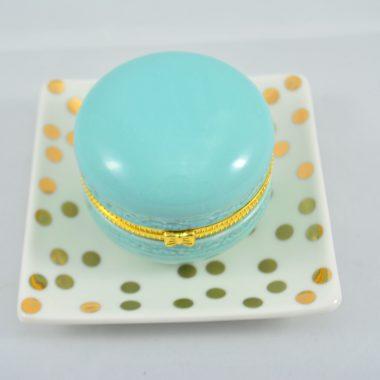 Kleiner gold polkadot Teller mit blauer makronen schatulle aus Keramik als Schmuckablage