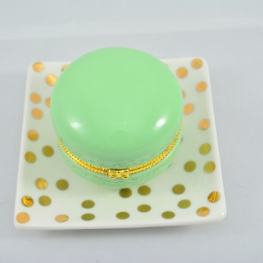 Kleiner gold polkadot Teller mit grüner makronen schatulle aus Keramik als Schmuckablage
