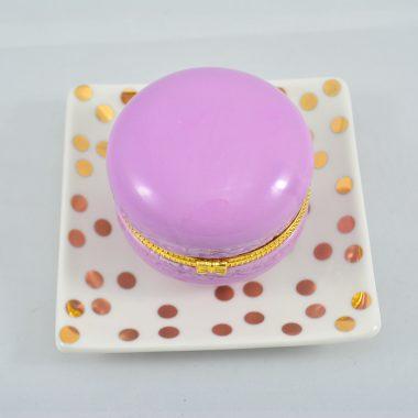 Kleiner gold polkadot Teller mit lila makronen schatulle aus Keramik als Schmuckablage