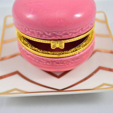 Schmuckablage Kleiner gold chevron Teller mit pinker Makronen Schatulle