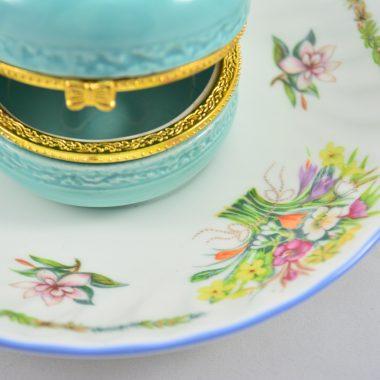 Schmuckablage vintage Teller mit Blumenmotiv Frühlingsblumen blauer Makronen Schatulle aus Keramik Schmuckschatulle