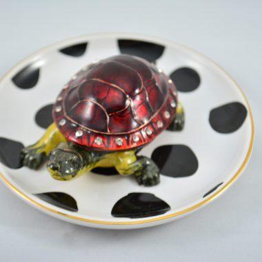 Schmuckschale kleiner weisser Teller mit schwarzen Punkten und Schildkröten Figur als Schatulle
