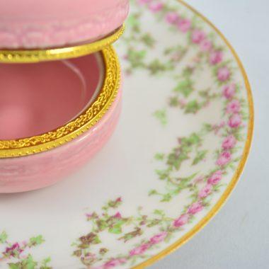 Schmuckschale vintage Teller mit goldrand und hellrosa Makronen Schatulle aus Keramik
