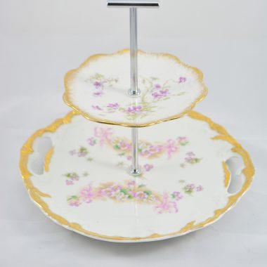 Etagere mit vintage Tellern gold rand und lila blumenmuster hochzeitsetagere hochzeitsdekoration