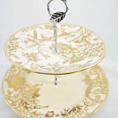 Etagere mit weiss goldenen Tellern vogel und blumen motivPorzellan Weihnachtsetagere Weihnachtsdekoration Tischdekoration