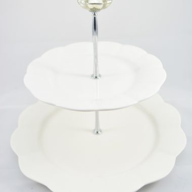 Etagere mit weissen Tellern Porzellan Weihnachtsetagere Weihnachtsdekoration Tischdekoration Etagere mit silver glas Knauf als Griff