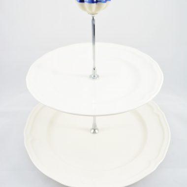 Etagere mit weissen Tellern Porzellan Weihnachtsetagere Weihnachtsdekoration Tischdekoration Etagere mit Keramik Knauf als Griff