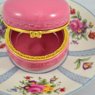 Schmuckschale aus vintage Teller mit blumen und pinker makronen Schatulle aus keramik