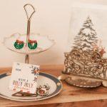 Etagere auf vintage Porzellan als Ablage am Telefontisch für Münzen